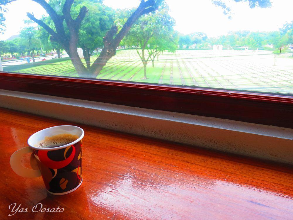コーヒーを飲みながら見下ろせる連合軍共同墓地