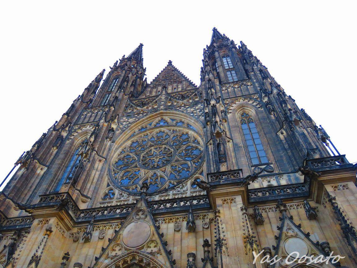 見上げる聖ヴィート大聖堂の正門