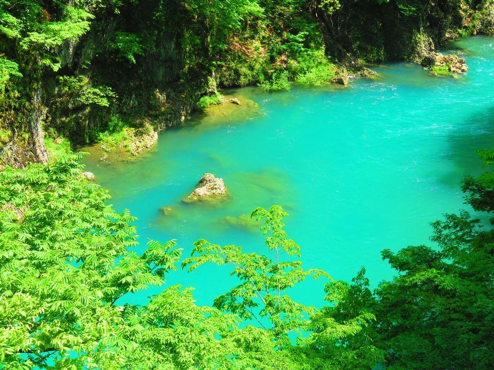 息をのむ神秘の青さ!秋田県仙北市の絶景「抱返り渓谷」