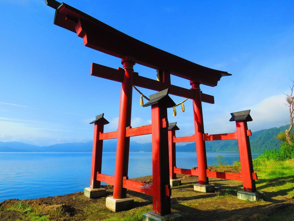 御座石神社の鳥居から拝殿に進む