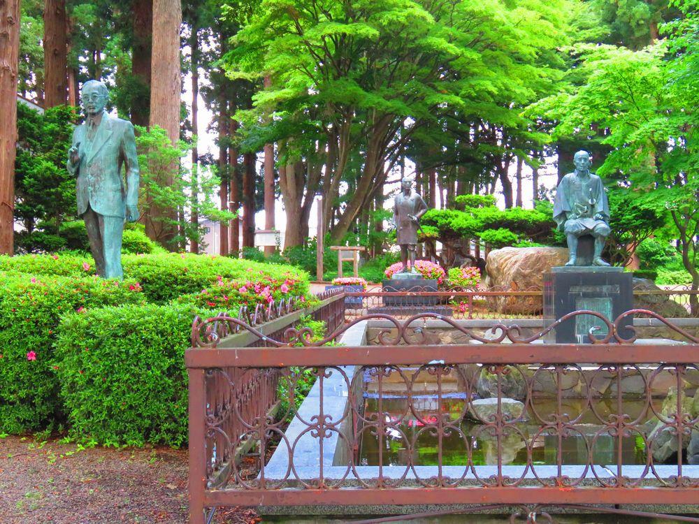 鳥居に見える門から歴史ある新渡戸記念館へ進む