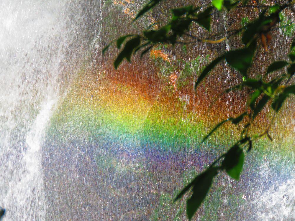 絶景!見下ろす第3暗門の滝にかかる虹と第2暗門の滝