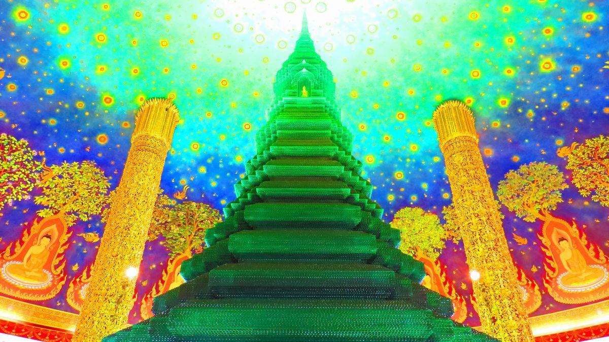 最上階は仏陀の生涯図・天井画・エメラルドグリーンの仏塔