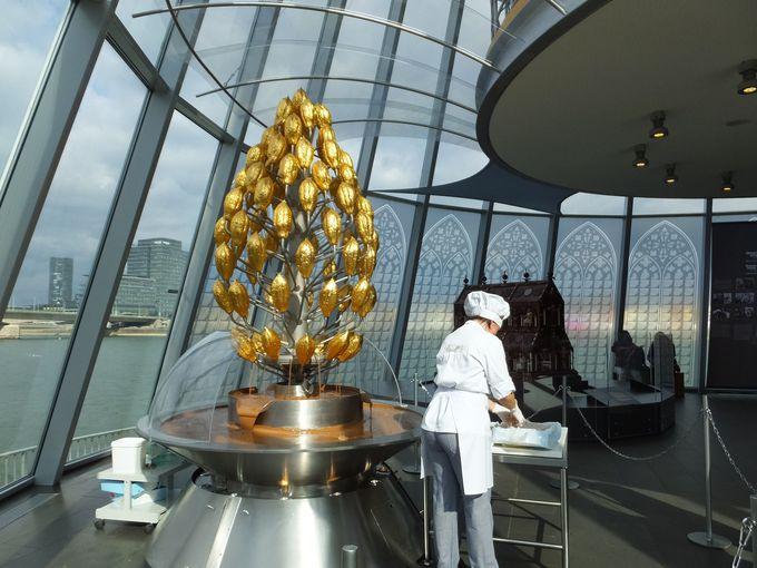 金色のカカオの実がついた3mものチョコレート・ファウンテン