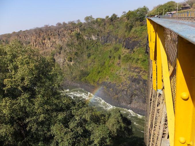 橋の真ん中はジンバブエとザンビアの国境。高さ100mものバンジージャンプも!