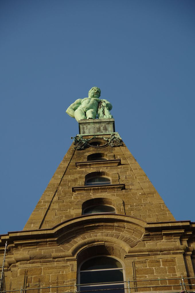 山頂に凛々しく立つヘラクレス像から出発
