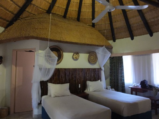 リバーサイドの部屋やアフリカらしい茅葺屋根のロンダベル、キャンプサイトも併設
