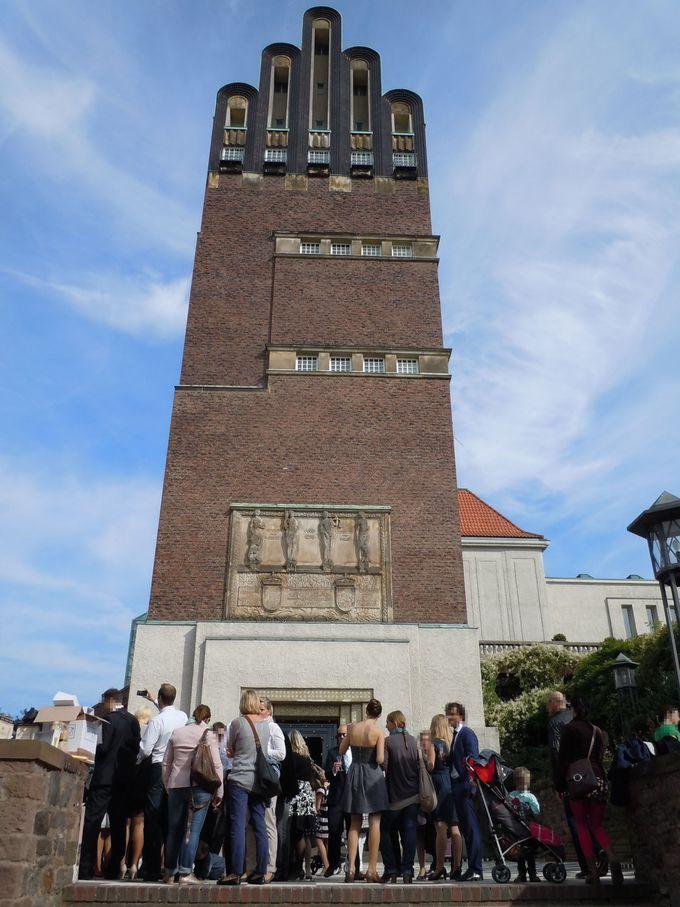 現在も結婚式で使われる「結婚記念塔」