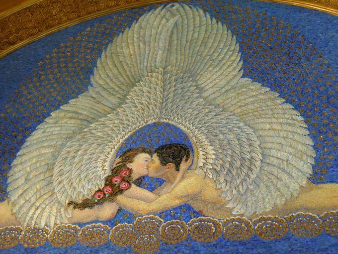 玄関ホールのロマンティックなモザイクは必見!