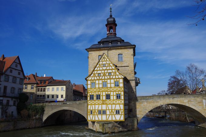 川に浮かぶ町のシンボル「旧市庁舎」