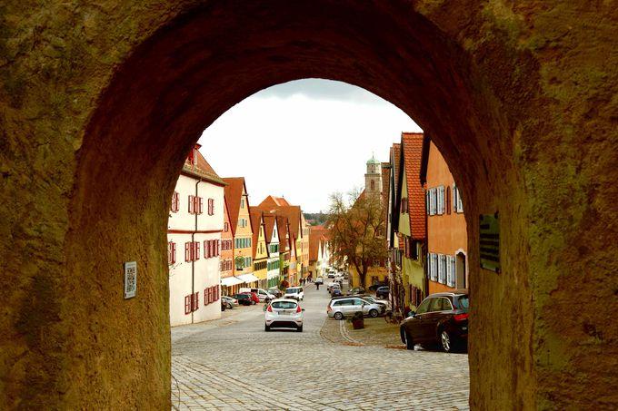 門をくぐると中世の街並みが