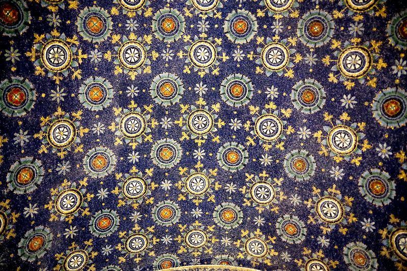 金と瑠璃色のモザイクが輝く廟堂