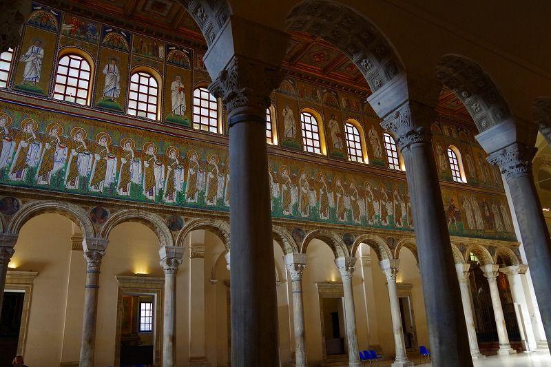 広々とした堂内に一堂に並ぶ聖女たちと殉教者