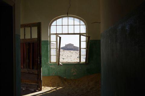 ぺンギンも泳ぐ!ナミビア「リューデリッツ」は砂漠と海の町