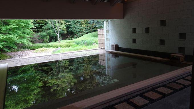 高級感あふれる大浴場は立ち湯で庭を楽しむ工夫が