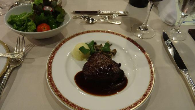 和食と洋食を選べる夕食は山にいる事を忘れてしまう美味しさ