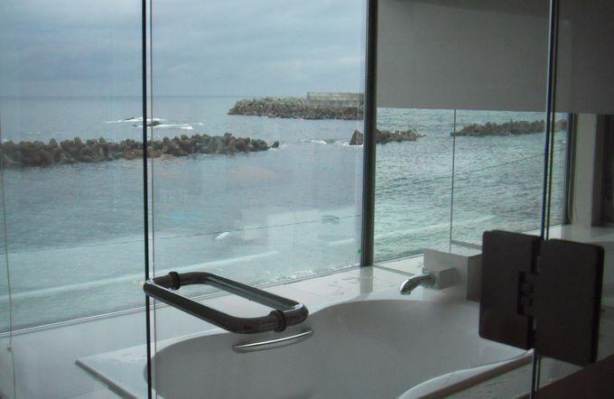 2階の部屋は大きな窓があるお風呂から日本海が一望