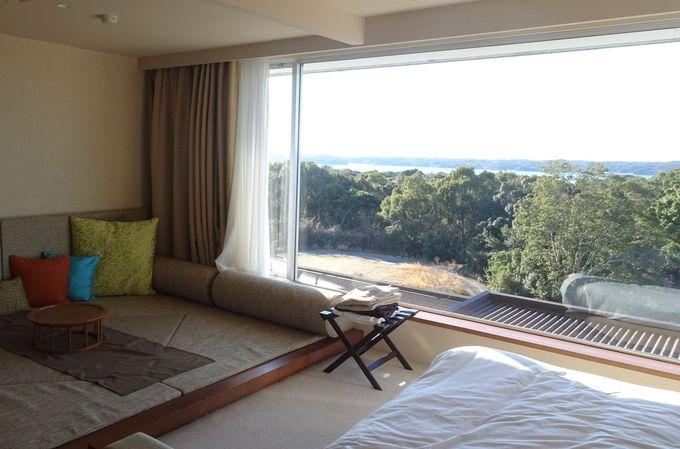 客室の大きな窓から眺められる森と海に癒される