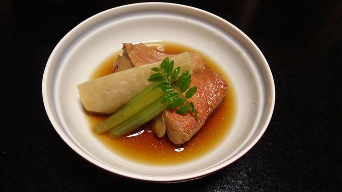 部屋での食事は東伊豆の名物が並ぶ