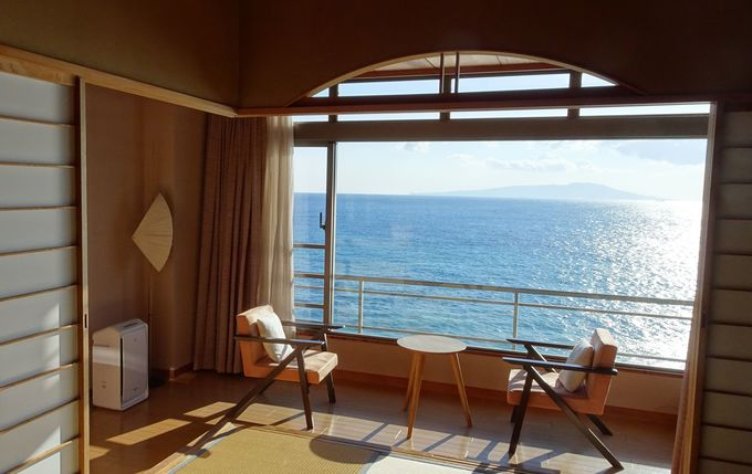 部屋は全室から相模湾と大島を臨むゆとりの和室