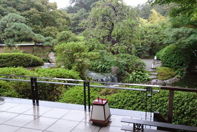 美しい日本庭園の見えるラウンジで季節の移ろいを感じる