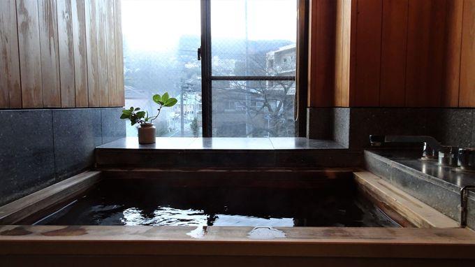 川沿いの部屋には古代檜の温泉も