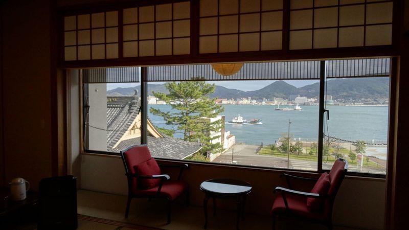 大きな広縁から見る関門海峡の向うは九州