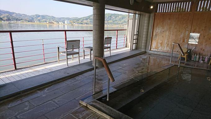 日本でもここだけの「湖上露天風呂」で湖の上に浮かぼう