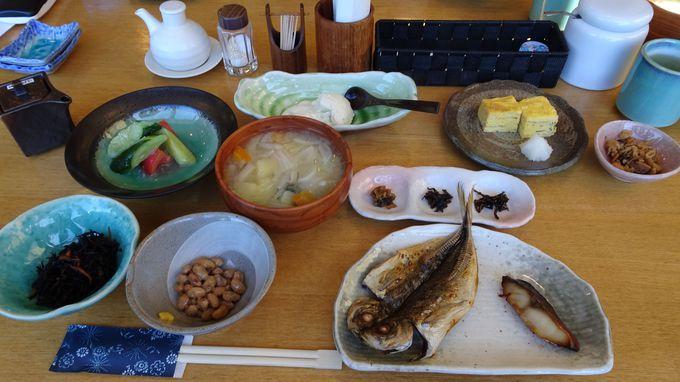 食事は人気の金目鯛をはじめとする伊豆の幸が満載