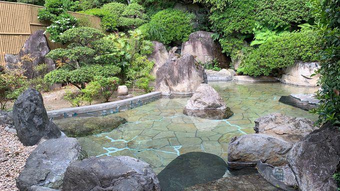庭園風の露天風呂と歴史を偲ぶ洞窟風呂