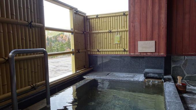 天然温泉の露天風呂と広々とした客室で寛ぐ