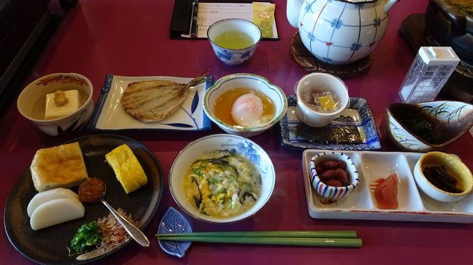 地元の食材を使った品数いっぱいの朝食は大好評