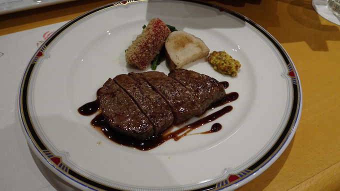 美しい景色のレストランで伊勢志摩の名物を味わう