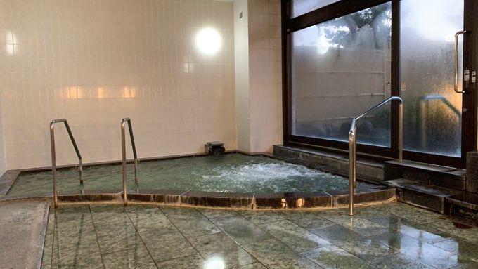 海辺の露天風呂で熱海から直送の温泉を楽しむ