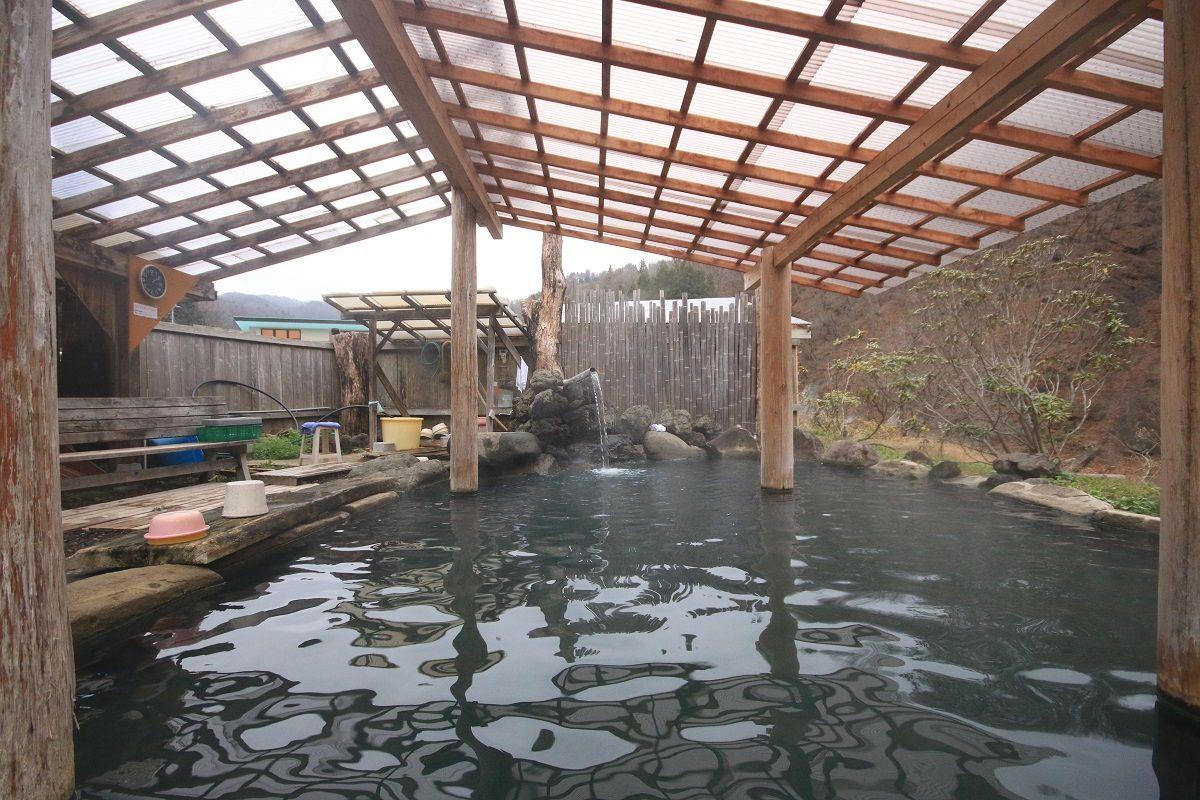 豆腐屋で鍵を借りる!?畑の中の絶景露天風呂・群馬「京塚温泉」