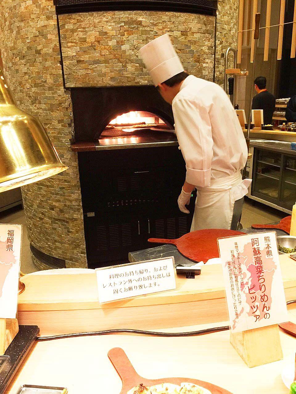 巨大石釜で焼き上げるモチモチのピザは絶品!