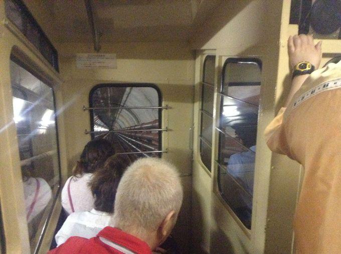 地下140mへは、トロッコに乗り一気に下る!