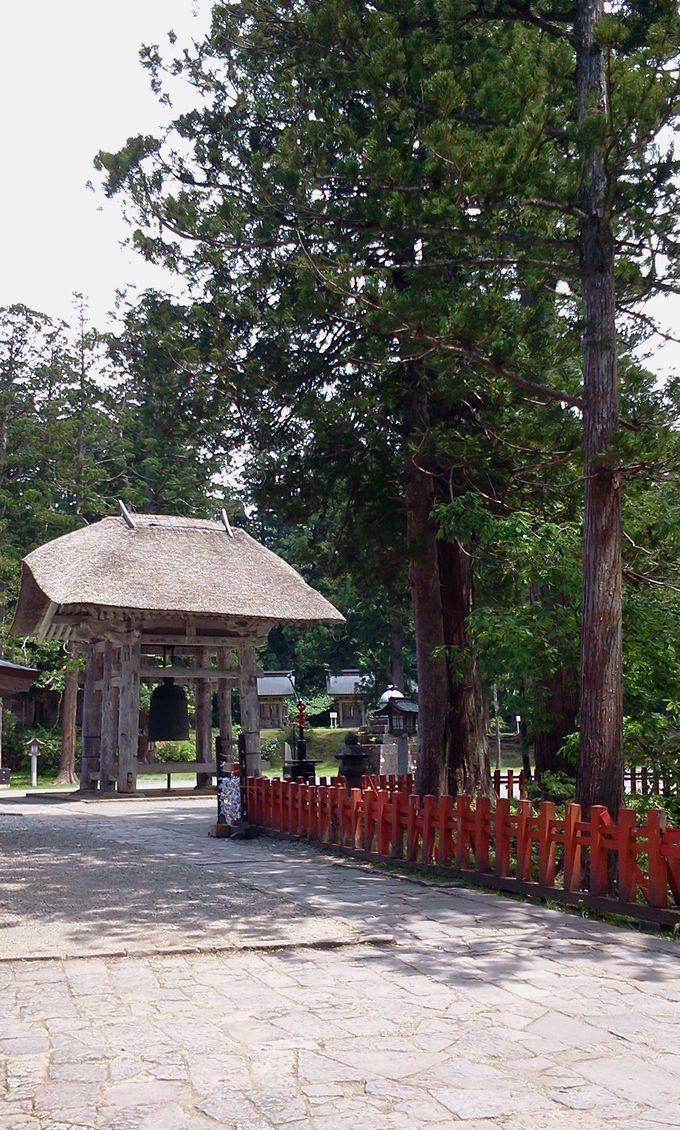 出羽神社の鐘楼と大鐘