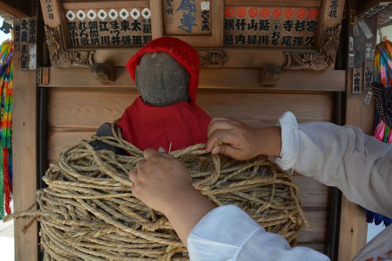 リアルにギュッ!と縛ってお願い、盗難除け・失くし物探しに葛飾・金町の南蔵院しばられ地蔵