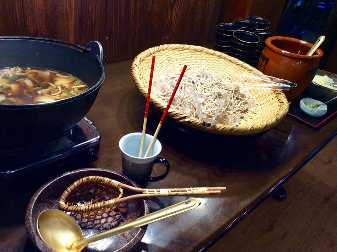 夕飯はバイキングスタイルで郷土料理満載!
