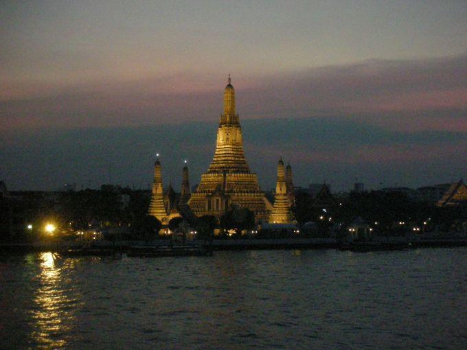 夜景から堪能する「暁の寺」の優雅な姿
