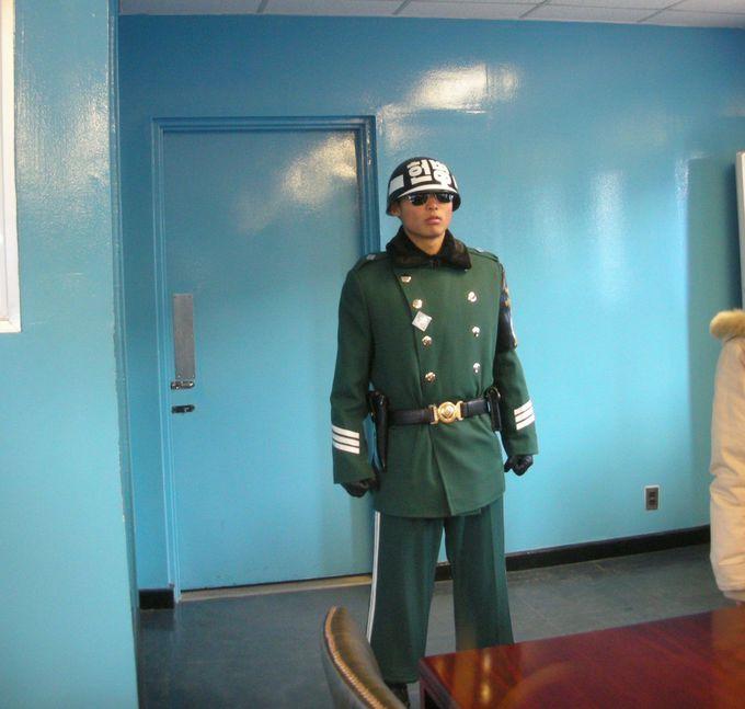 会談場の兵士もピリピリ!国境超えて北朝鮮入り