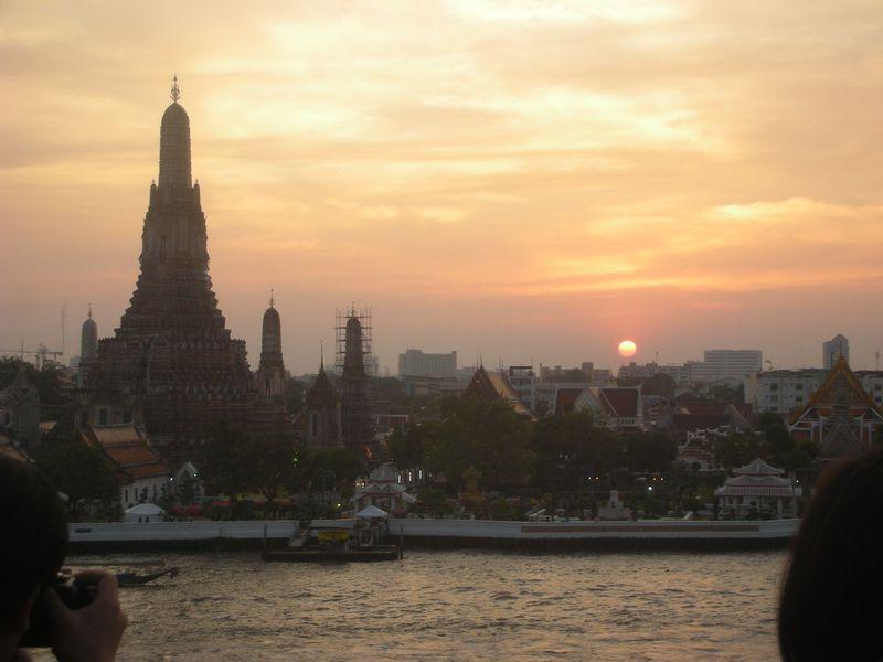 バンコク「イーグルネスト」でワットアルンとワットポーの夜景・夕景に乾杯!