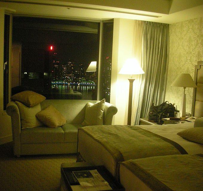 いつまでも寛ぎたくなる上質で優しい色合いの客室