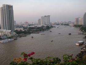 シャングリ・ラ ホテル バンコクのバルコニーで楽しむチャオプラヤー川の景色