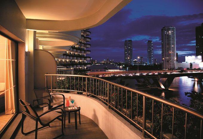 ディナークルーズと、華やかにライトアップされていくリバーサイドホテルの夜景