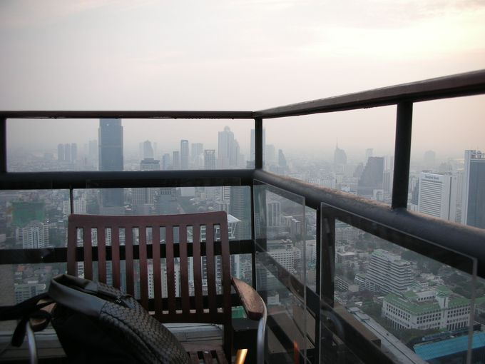バンコクの街をパノラマで見下ろせるコーナー席をゲットせよ!