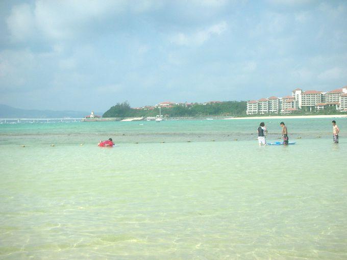 澄み切った遠浅のビーチだからファミリー旅行も安心