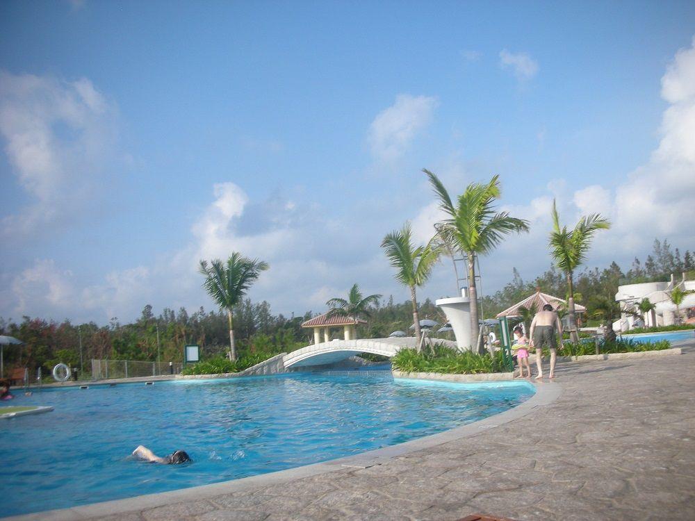 全長170メートル!沖縄最大級のプールとプライベートビーチが自慢