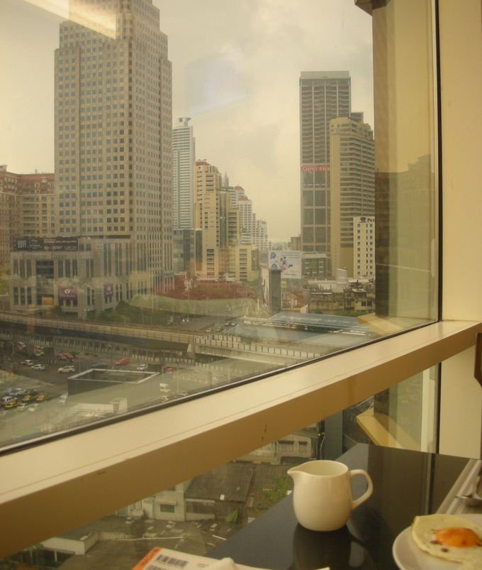 目覚めてゆく大都市バンコクの景色を眺めながらの朝食